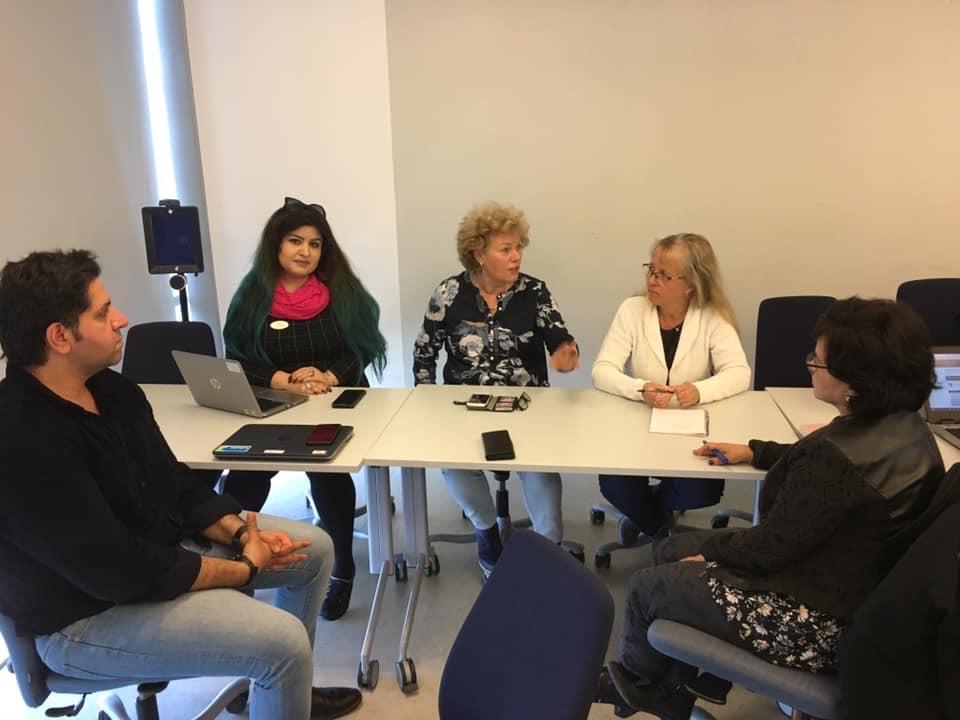 Modersmålslärare kring ett bord diskuterar