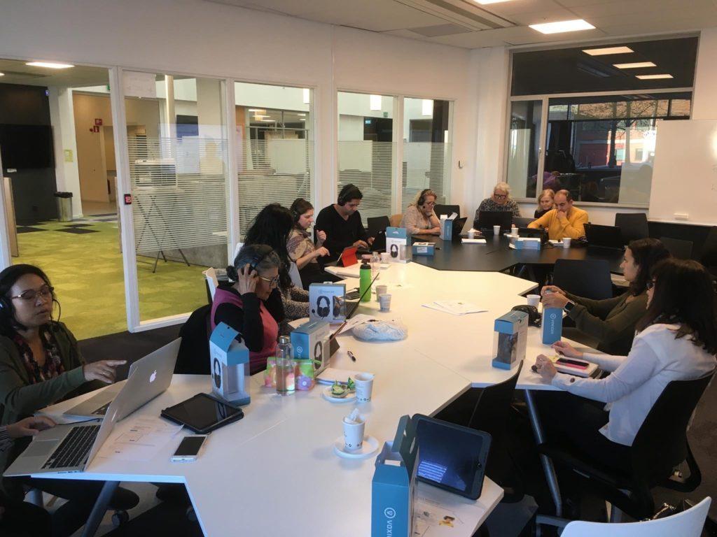 Modersmålslärare diskuterar runt ett bord